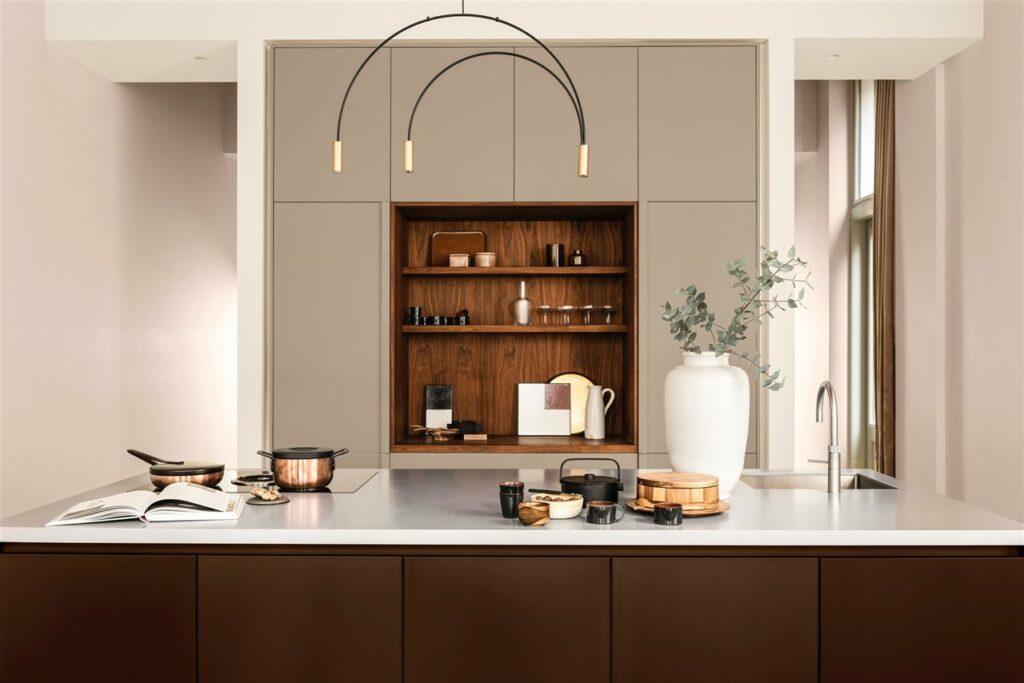 Color Del Ano 2021 Cocina-con-lampara Suspendida Y Acabados De Madera